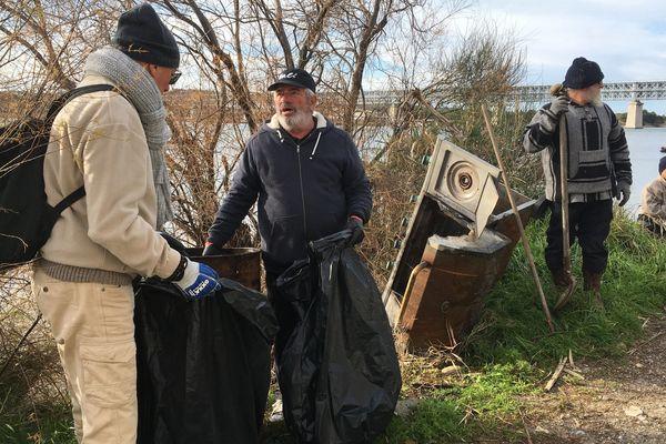 Opération de nettoyage sur le canal de Martigues par les pêcheurs .