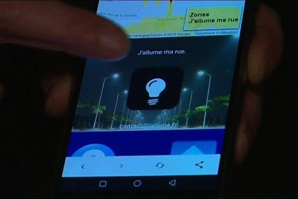Grâce au système de géolocalisation du smartphone, il suffit de poser le doigt sur l'ampoule pour que la lumière s'allume dans la rue