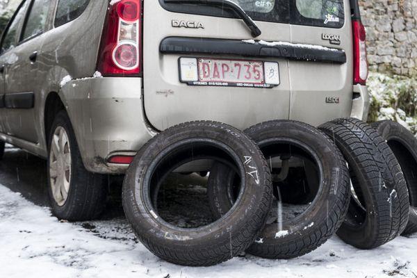 Préparer sa voiture pour l'hiver en changeant les pneus et en montant des pneus neige