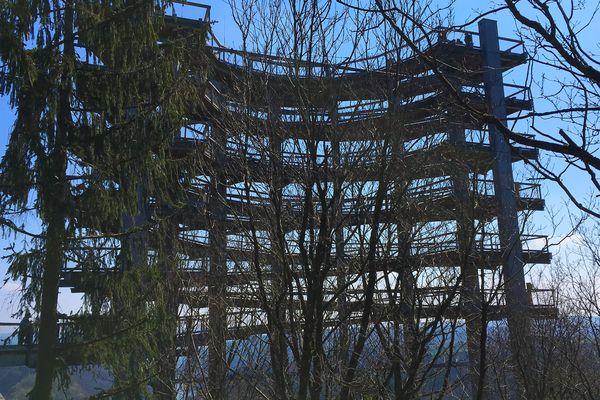 Pour accéder au belvédère, un chemin de bois serpente dans la Canopée. Point d'orgue de la montée, cet escalier en colimaçon géant qui culmine à 42 mètres.