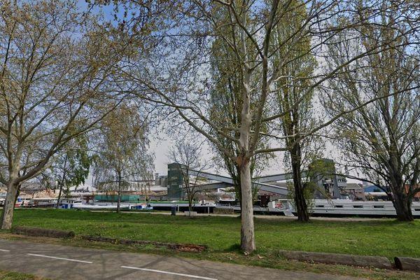 La péniche était stationnée au quai bordant la rue du Général Picquart.
