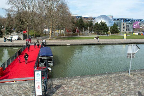 Le Parc de la Villette fête ses 35 ans. Un espace vert entre deux rives conçu par l'architecte Bernard Tschumi.