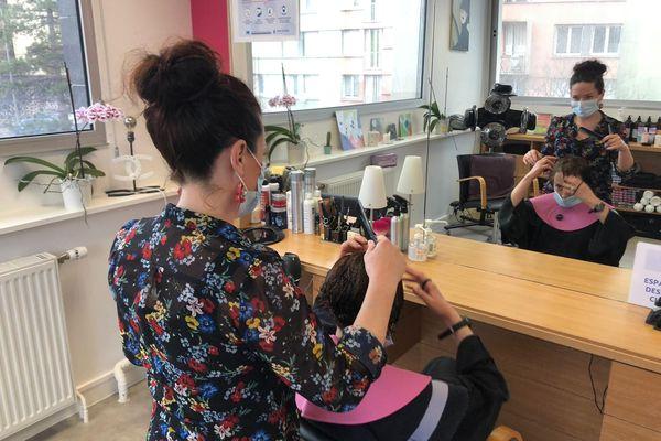 Le salon solidaire permet d'améliorer l'image et l'estime de soi des clientes