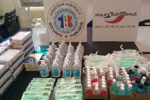 La police a saisi 75 flacons de gel hydroalcoolique de fabrication artisanale sans étiquette conforme et une centaine de masques chirurgicaux.
