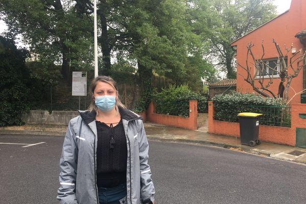 Muriel Barraquier, résidente du quartier de l'Université à Perpignan devant sa maison et les chênes qu'elle a sauvés.