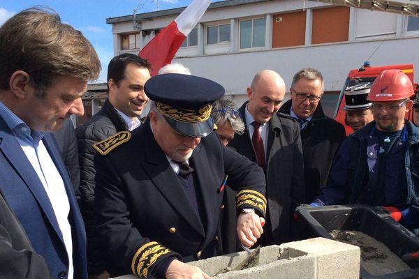 Pose de la première pierre du futur centre d'incendie et de secours Amiens-Ferry