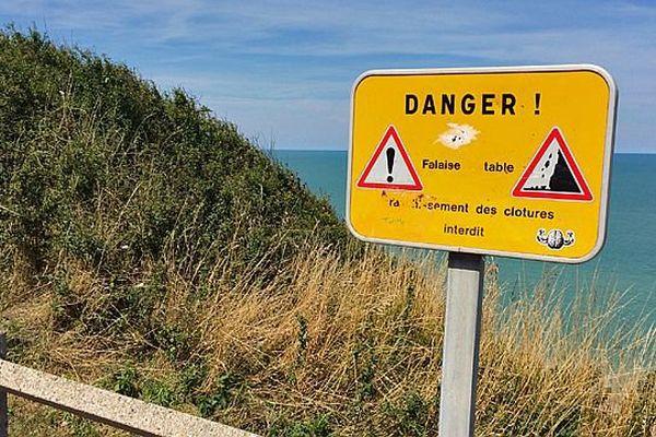 - Pancarte au dessus des falaises Ouest de Dieppe