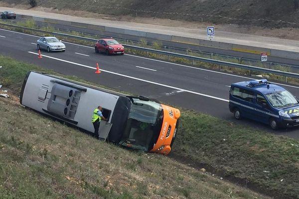 Le bus s'est couché sur la chaussée. Il est le seul impliqué dans l'accident.