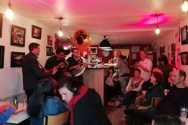 """Le bar associatif """"Le Colibri"""", à Saint-Germain-l'Herm, propose de nombreuses activités dont des concerts."""
