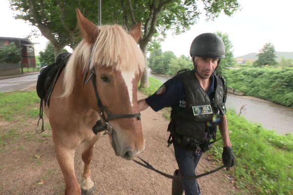 Givors, 3 août 2021 : Le garde-champêtre Fabrice Courbon et son cheval Pompon patrouillent depuis le 1er juillet pour lutter contre les atteintes à l'environnement.