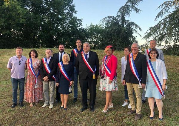 Pierre Grossat, le maire de Pusignan entouré de ses 8 adjoints et de ses 3 conseillers délégués