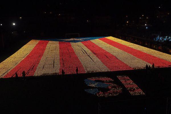 Drapeau catalan fait de 82 000 bougies allumées pour soutenir le référendum pour l'indépendance en Catalogne - ville de Llivia en Espagne - 23 septembre 2017