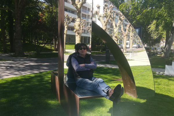 """Pierre-Marie Lejeune installé sur l'une de ses sculptures """"Arc"""" (2006)"""