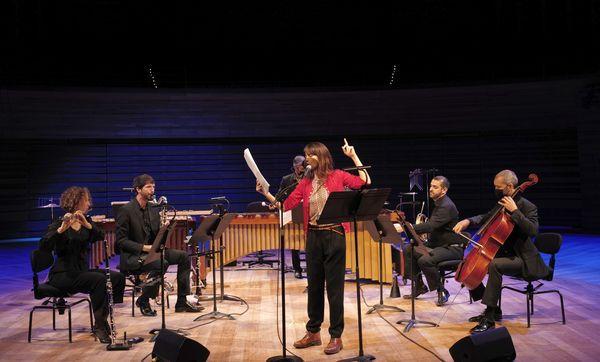 L'île miraculeuse : c'est l'histoire écrite par Nina Bouraoui et racontée par Suliane Brahim avec l'orchestre philharmonique de Radio France.