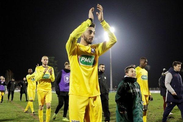 Les joueurs de Viry-Châtillon quitte le stade Henri Longuet après leur défaite en Coupe de France face à Caen, le 23 janvier 2019.