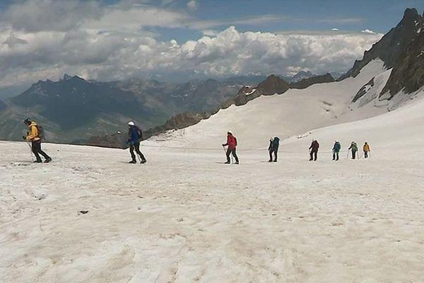 Une de nos équipes a suivi Claire, Emmanuelle et Fanny durant plusieurs mois, jusqu'à l'ascension du col d'Entrèves, dans le massif du Mont Blanc