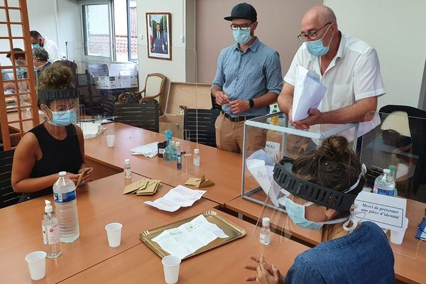 A Thiers (Puy-de-Dôme), le dépouillement du scrutin du 2nd tour des municipales s'est fait avec masques et visières.