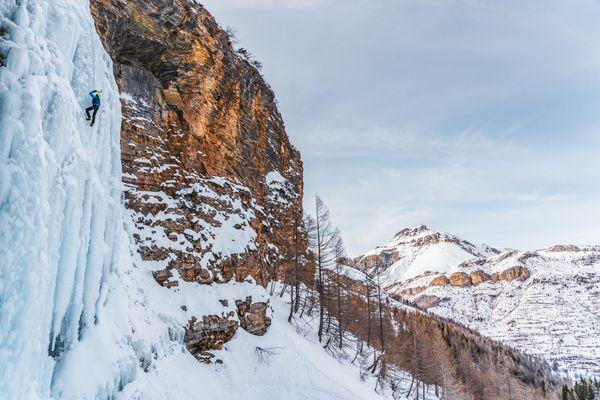 Escalade d'une cascade de glace durant le stage d'initiation.