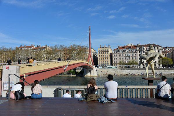 Lyon, le 31/03/2021 : de nombreux lyonnais profitent de la chaleur et du soleil, les quais de la Saône ont été pris d'assaut.