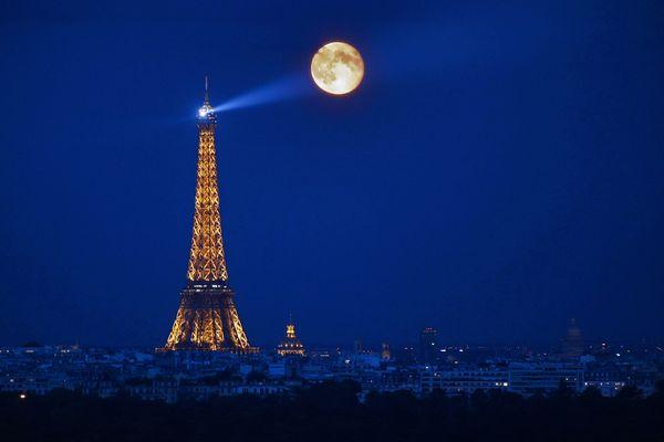 Le phare de la Tour Eiffel, à Paris.
