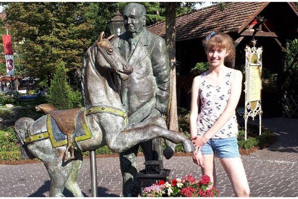 Mélanie à côté de la statue du fondateur d'Europa-Park.