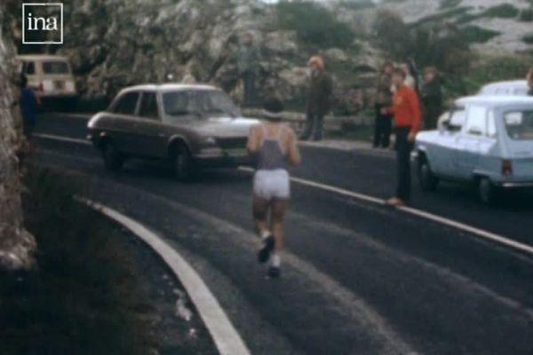 1979, première édition du Marseille-Cassis : coureurs et voitures se partagent la route.