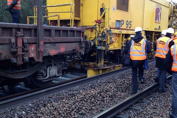 Un train-usine en action sur le chantier de maintenance entre Sens et Laroche-Migennes, dans l'Yonne, permet de renouveler 1 kilomètre de voie par jour.
