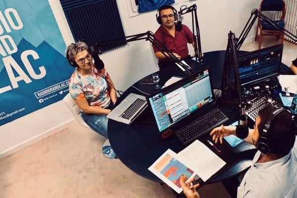 La grille des programmes de Radio Grand Lac est composée d'émissions d'une à deux heures, avec des invités et toujours en direct.