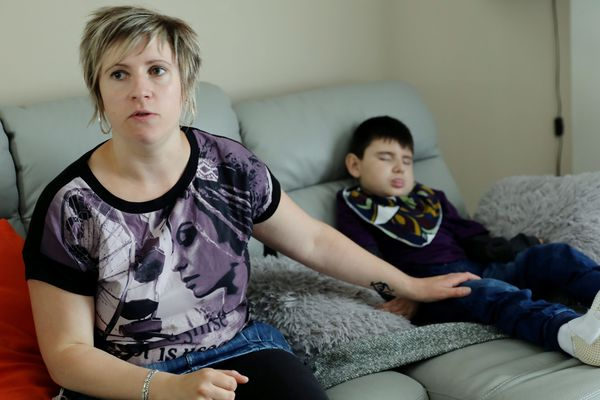 Nolan, alors lourdement handicapé, et sa mère, en 2017.
