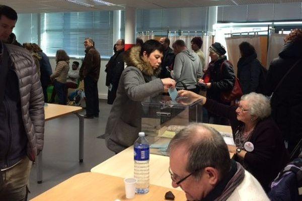 Les bureaux de vote ont enregistré une forte participation, comme ici à Toulouse Saint-Cyprien où, à 17 heures, la hausse de participation par rapport au 1er tour s'établissait à 30%.