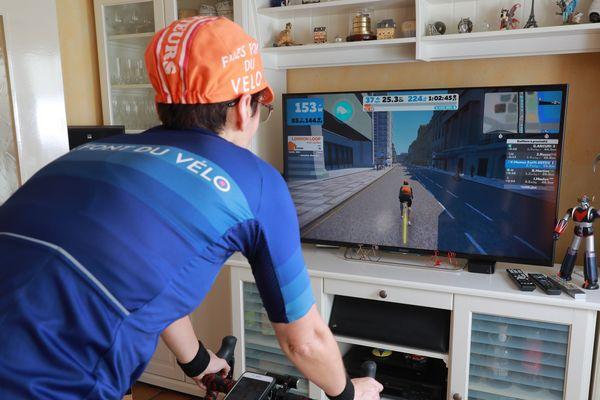 """Muriel, cycliste amateur s'entraîne à domicile sur son """"home-trainer"""" grâce à l'application """"ZWIFT"""" qui réunit en ligne des cyclistes du dimanche."""