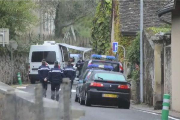 Les enquêteurs devant le domicile de Jacques Vaude, rue Cazin à Autun, dimanche 7 octobre