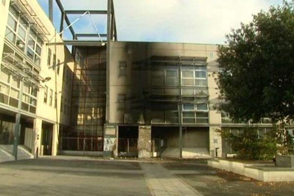 Lycée Suger à Saint-Denis, lundi 10 novembre 2014. Les pompiers ont été appelés pour éteindre l'incendie allumé par les manifestants devant l'établissement scolaire.