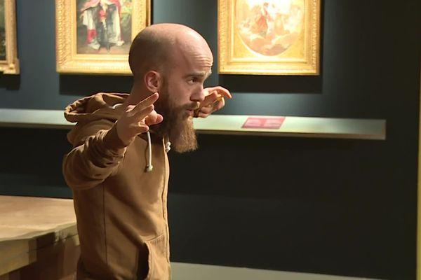 """Le comédien Frédéric Périgaud nous fait regarder le monde des oiseaux autrement avec le spectacle """"Voler prend deux L"""". Salle Goya du musée des Beaux-Arts d'Agen."""