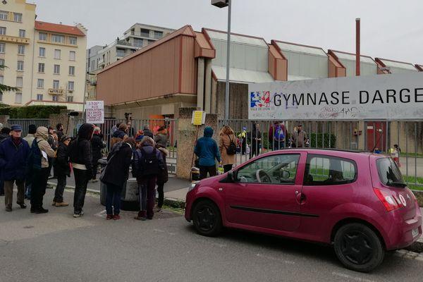 80 migrants, dont de nombreuses familles avec enfants en bas âge, étaient hébergées depuis le 9 février 2018 dans le gymnase Dargent à Lyon.