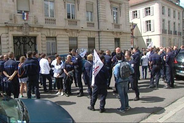 Environ 150 personnes ont manifesté devant la préfecture à Dijon.
