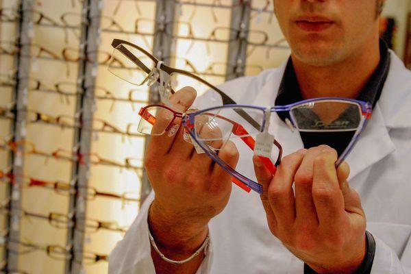 Des opticiens ouvrent des permanences d'urgence pendant le confinement partout en France.