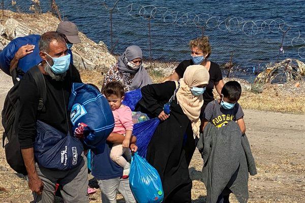 Petit à petit, les familles de migrants acceptent de se réfugier dans le nouveau camp qui s'installe