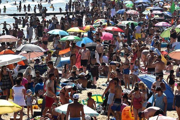 La foule sur cette plage de Bournemouth, dans le sud de l'Angleterre, jeudi.