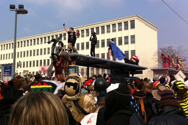 Coup d'envoi du carnaval étudiant devant l'université. Le défilé s'apprête à descendre dans les rues de Caen.
