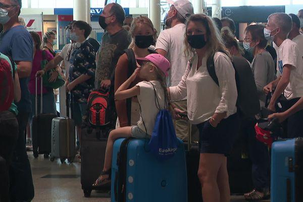 En ce deuxième week-end de juillet, beaucoup de passagers ont transité par l'aéroport d'Ajaccio. Certains n'ont pas eu à présenter leur pass sanitaire à leur arrivée en Corse. D'autres oui.