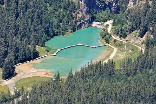 Après un printemps très sec, les cours d'eau sont bas en Savoie. Le phénomène risque de s'accentuer dans les semaines à venir.