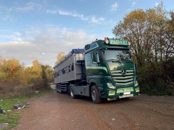 Des camions immatriculés en Belgique viennent vider leur contenu dans ce terrain privé à Rédange.