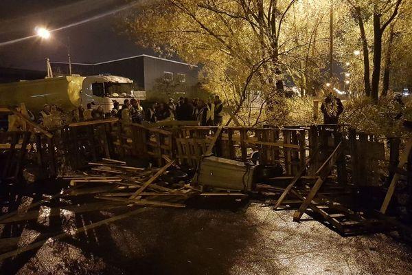 Depuis 3h30 ce matin, des gilets jaunes bloquent le dépôt de carburant de Saint-Pierre-des-Corps.