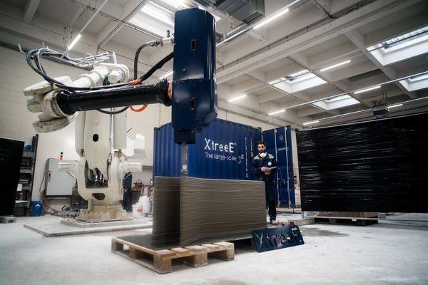 Le bras robotique de XtreeE peut construire un pylône de deux mètres en seulement deux heures.