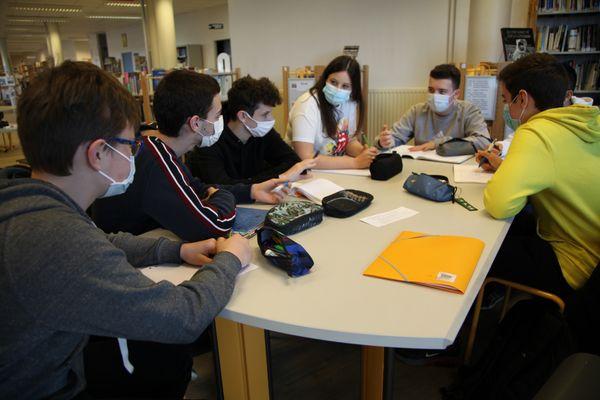 Petit comité de rédaction au sein du CDI du lycée Nelson Mandela de Poitiers.
