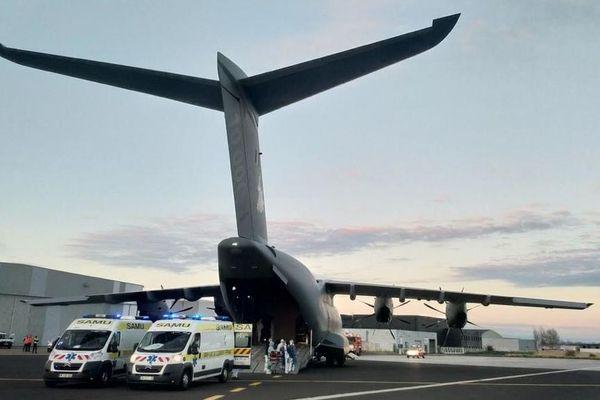 Vendredi 3 avril, un avion militaire A400M s'est posé sur le tarmac de l'aéroport de Clermont-Ferrand. A son bord, 4 patients sous respirateur en provenance d'Orly.