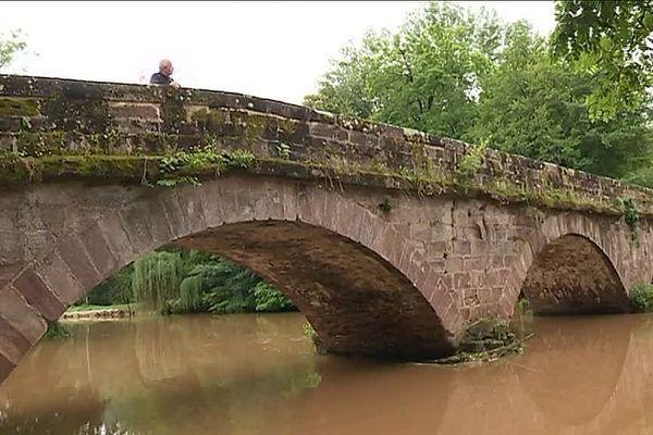 Le pont de Burg à Saint-Viance en Corrèze, le 6 juin 2018. La Vézère est repassée au vert. Le risque de crue s'éloigne mais les habitants restent vigilants.