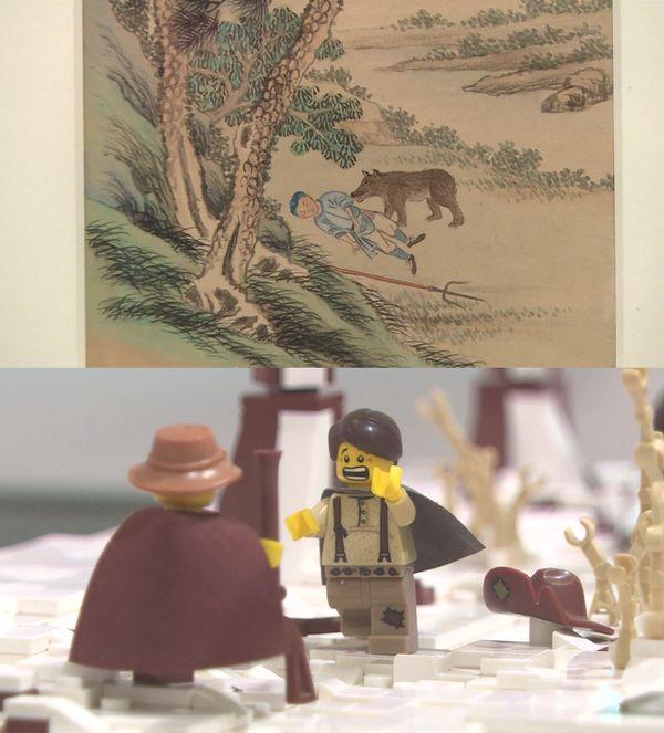 """La sculpture en LEGO de """"L'ours et les deux compagnons"""" résonne avec une miniature chinoise de 1846. Exposition LEGO, musée Jean-de-la-Fontaine à Château-Thierry."""