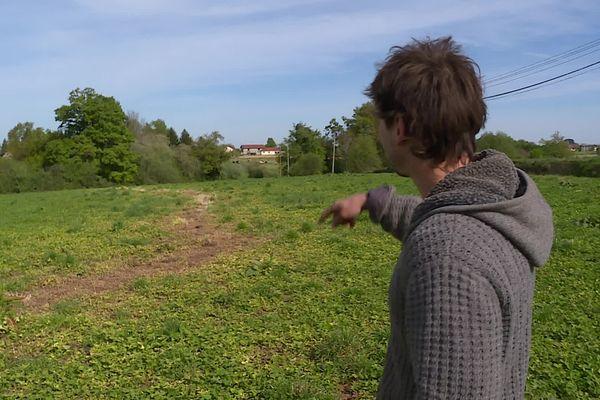 Guillaume Sarraillé montre la trace laissée par le désherbant dans son champ qui va perdre son label bio